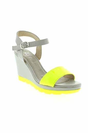cassis et cote et d et azur sandales et nu et pieds femme de couleur jaune