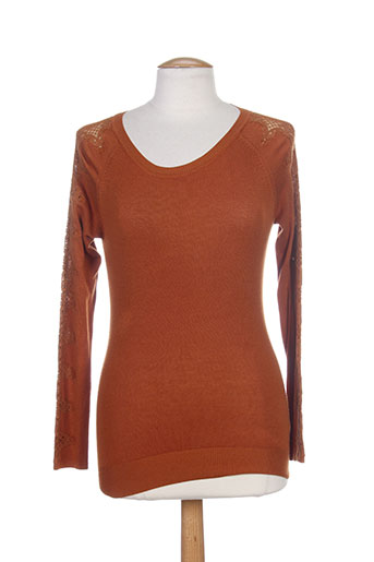 josh pulls femme de couleur orange