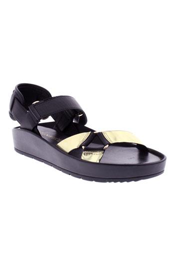 cafe et noir sandales et nu et pieds femme de couleur noir