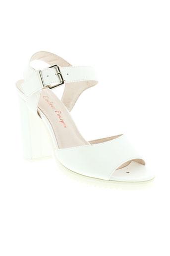 couleur et pourpre sandales et nu et pieds femme de couleur blanc