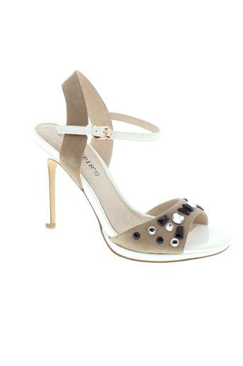 cafe et noir sandales et nu et pieds femme de couleur blanc