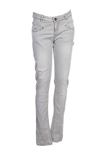 une fille pantalons fille de couleur gris